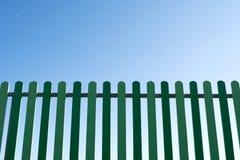 Cerca de madera verde con el cielo azul Fotos de archivo