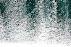 Cerca de madera verde en la nieve Fondo imágenes de archivo libres de regalías