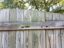 Cerca de madera vieja con los agujeros en ella de abejas de carpintero Imagen de archivo libre de regalías