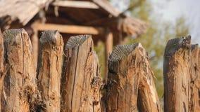 Cerca de madera, vieja construcción tradicional de la cerca almacen de metraje de vídeo