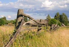 Cerca de madera vieja de la aldea. imagenes de archivo