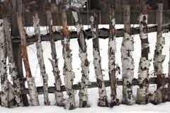 Cerca de madera vieja en invierno Imagen de archivo