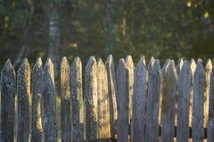 Cerca de madera vieja en luz del sol fotos de archivo