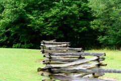 Cerca de madera vieja en un parque foto de archivo