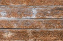 Cerca de madera vieja hecha de tableros anchos de color marrón con los clavos oxidados Textura Simplemente fondo Foto de archivo