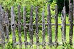 Cerca de madera vieja que incluye verano del colmenar de la abeja Fotografía de archivo