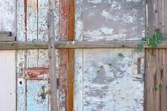 Cerca de madera vieja y una puerta Foto de archivo libre de regalías