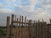 Cerca de madera y cielo azul Fotos de archivo