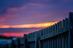 Cerca de madera y cielo de Cornualles de la puesta del sol Fotografía de archivo
