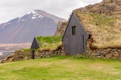 Cerca de piedra y tejados herbosos en el campo cerca de Borgarnes, Islandia imágenes de archivo libres de regalías