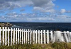 Cerca de piquete branca ao longo da linha costeira fotografia de stock