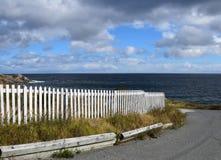 Cerca de piquete branca ao longo da linha costeira imagens de stock