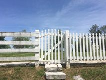 Cerca de piquete branca Gate Imagem de Stock Royalty Free