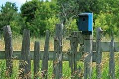 Cerca de piquete y Birdhouse foto de archivo libre de regalías