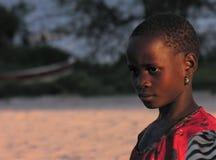 Cerca de Pweto, Katanga, el República del Congo Democratic: Muchacha que presenta para la cámara cerca de la orilla del lago Mwer imágenes de archivo libres de regalías