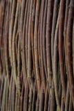 Cerca de ramas finas - una cerca del zarzo en el pueblo Imagen de archivo