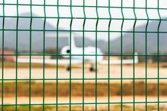 Cerca de rejilla de acero del aeropuerto, Laos Imagen de archivo libre de regalías