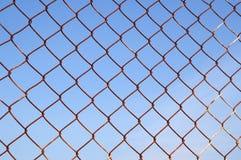 Cerca de segurança oxidada do metal Fotografia de Stock