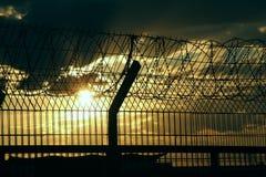Cerca de seguridad del aeropuerto sobre la foto de la acción del cielo nublado Imágenes de archivo libres de regalías