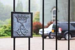 Cerca de una puerta a una residencia de lujo con la cresta Fotografía de archivo