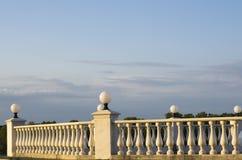 Cerca decorativa das colunas no passeio no fundo do céu azul ilustração stock