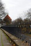 Cerca decorativa del palacio de Toompea en Tallinn. Estonia. E Imagenes de archivo