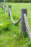 Cerca decorativa feita dos cargos e da corda de madeira Imagem de Stock Royalty Free