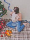 Cerca del árbol la muchacha embarazada en el Año Nuevo Fotos de archivo