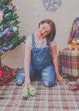 Cerca del árbol la muchacha embarazada en el Año Nuevo Fotos de archivo libres de regalías