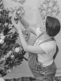 Cerca del árbol la muchacha embarazada en el Año Nuevo Imagen de archivo