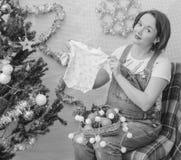Cerca del árbol la muchacha embarazada en el Año Nuevo Fotografía de archivo