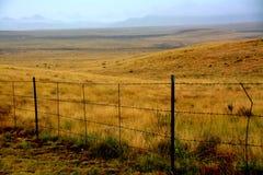 Cerca del alambre de púas en la lluvia en Prescott Valley Imagenes de archivo