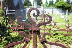 Cerca del hierro en cementerio abandonado imagen de archivo