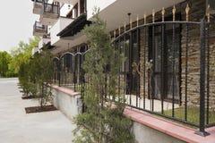 Cerca del hierro labrado Yarda en exterior moderno del edificio Fachada de una construcción de viviendas moderna Edificio complej imagen de archivo