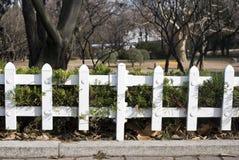 Cerca del metal blanco del jardín Fotografía de archivo