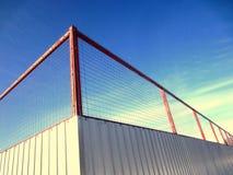 Cerca del metal con la malla Protección de la hoja y de la cerca acanaladas de la malla metálica Fotografía de archivo