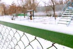 Cerca del metal y patio vacío borroso del área del perro foto de archivo