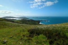 Cerca del océano - acantilados y naturaleza en la costa de Irlanda imágenes de archivo libres de regalías