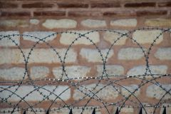 Cerca do arame farpado para finalidades da proteção de um pproperty fotos de stock