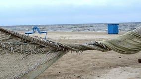 A cerca do beira-mar da praia fez a onda do mar do vento do movimento da rede de pesca vídeos de arquivo