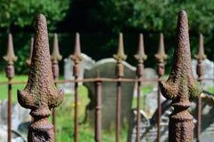 Cerca do cemitério com pontos fotos de stock royalty free