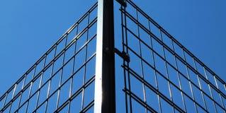 Cerca do ferro e céu azul Fotografia de Stock