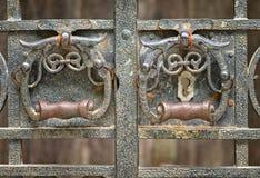 Cerca do metal com o botão de porta velho fotos de stock