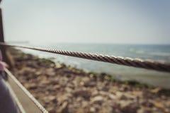 Cerca do metal do fio que obstrui a praia foto de stock royalty free