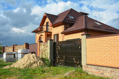 A cerca do tijolo e do metal com porta do metal do estilo moderno projeta a parede de tijolo rachada decorativa com exterior da c Imagens de Stock Royalty Free