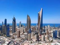 Cerca do verão 2018 - Sunny Day Urban Panorama Of a Cidade do Kuwait rica Skys imagem de stock royalty free