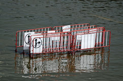 Cerca dos sinais de tráfego na água Fotos de Stock Royalty Free