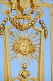 A cerca dourada ornaments a cara do sol imagens de stock royalty free