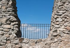 Cerca e barreira na rocha foto de stock royalty free