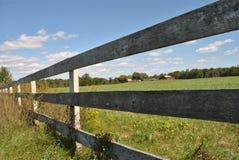 Cerca e campo de madeira Imagem de Stock Royalty Free